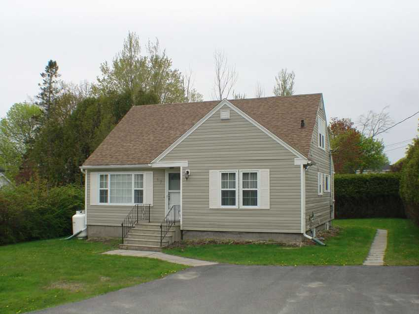 <h3>$1,250<small> Weekly</small></h3><p>Cedar Hedge Cottage, St. Andrews, New Brunswick</p>